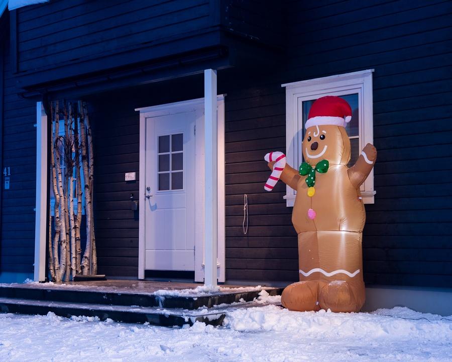 Oppblåsbar pepperkakemann på 2,4 meter!